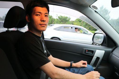 運転席で無表情のエノキド