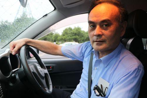 運転席で無表情のおっさん