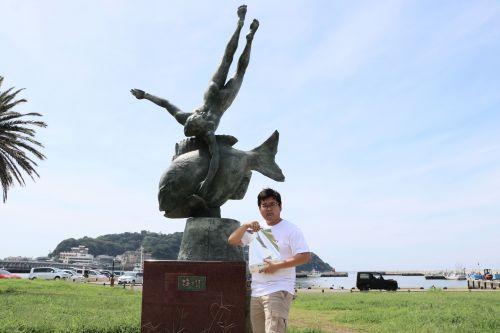 銅像の前の章太郎