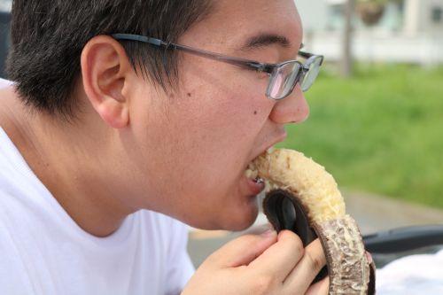 バナナにかぶりつく章太郎