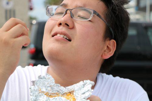 コーンを食べる章太郎