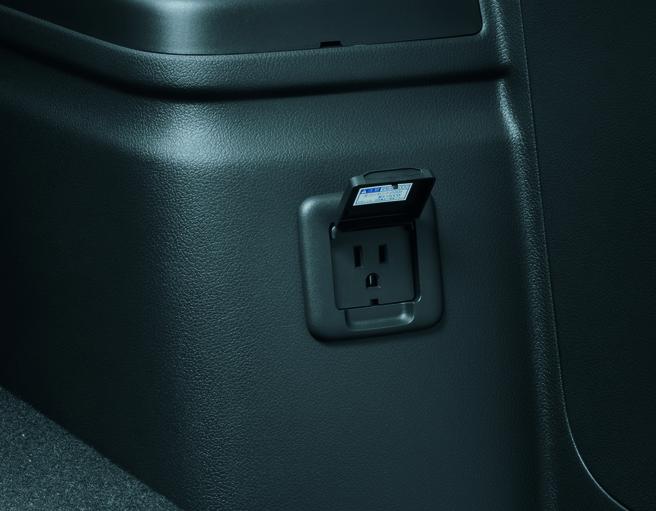 三菱 アウトランダーPHEV 2015_100V AC_ラゲッジルーム運転席側
