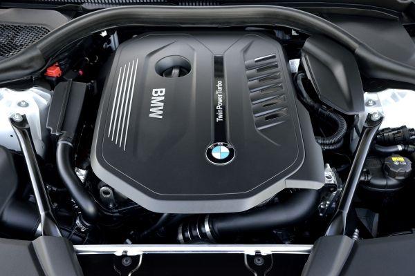 BMW 5シリーズ ラグジュアリー セダン エンジン 2016