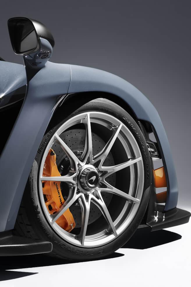 新型マクラーレン セナのタイヤとブレーキキャリパー