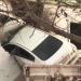 【珍事故】車が建物の2階に突き刺さる!まるで映画のような事故が発生した理由とは?