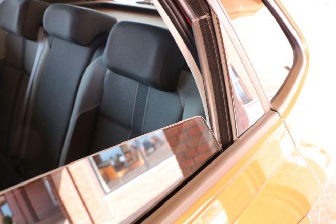 新型ポロの後部座席の窓全開