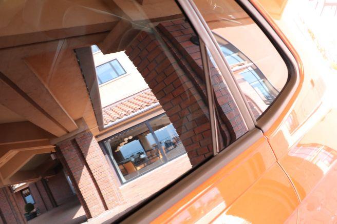 新型ポロの後部座席の窓全閉