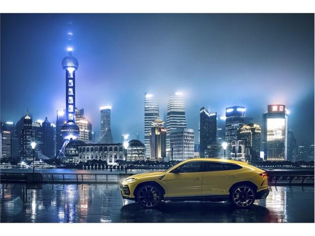 上海の夜景をバックに佇むランボルギーニ ウルス