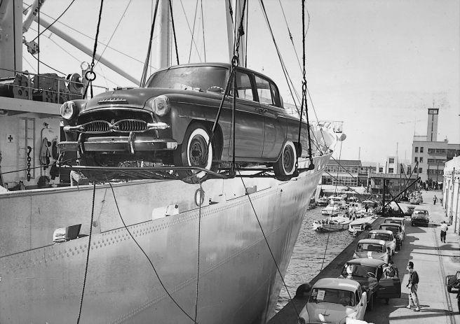 米国向け 初代クラウン 船積みの様子