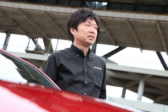 ロードスターの側で自動車業界の未来を見据えるカーデザイナー・中山氏