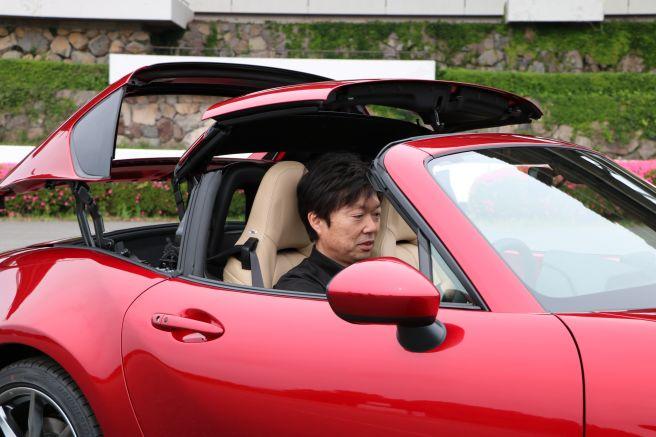 ロードスターのハードトップの機構を確かめるカーデザイナー・中山氏