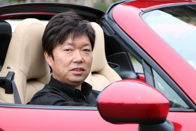 ロードスターの運転席に座るカーデザイナー・中山氏