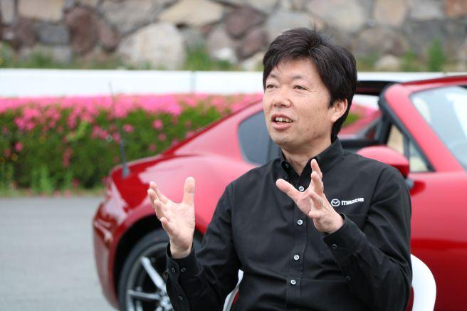 ロードスターの前でインタビューに応えるカーデザイナー・中山氏