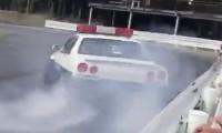 『緊急車両通りま〜す!』パトカーになりきるスカイラインER34がドリフト!