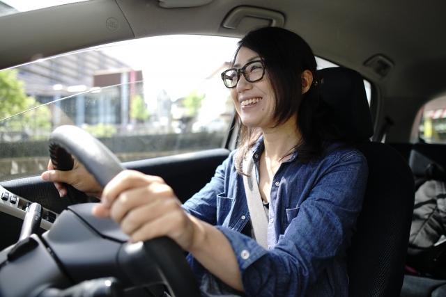 女性運転イメージ
