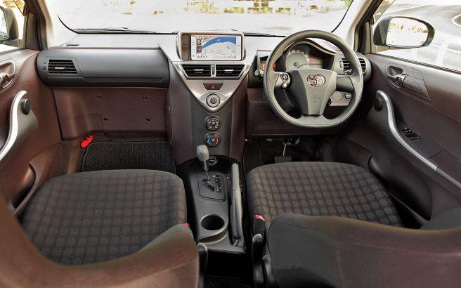 トヨタ iQ 車内