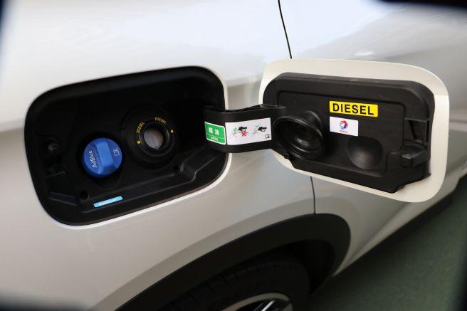 給油口左側は「AdBlue」注入口