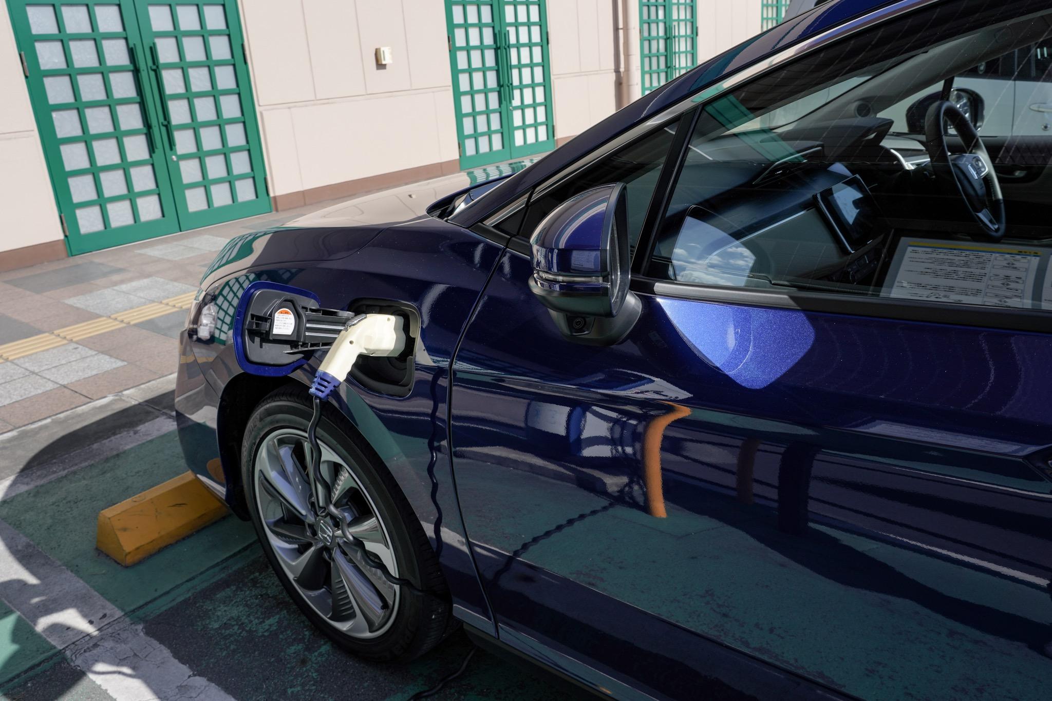 充電スタンドで充電中のホンダ クラリティ PHEV