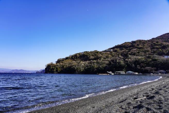 大瀬海水浴場から山側県道17号線を望む
