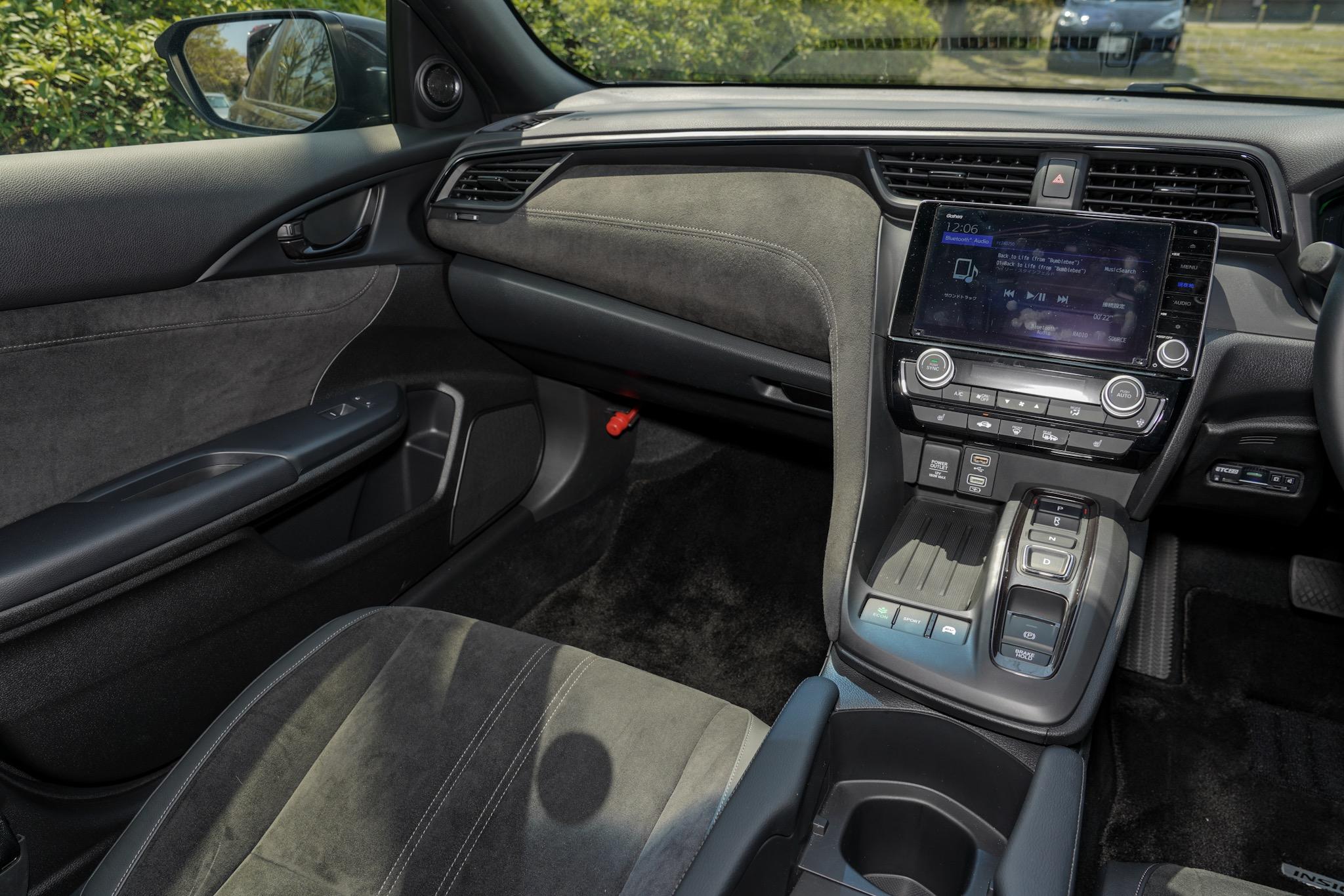ホンダ インサイト 運転席の視線で助手席側のインパネを見る