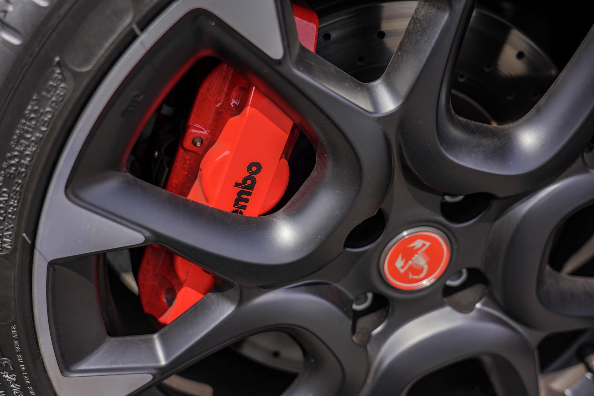 アバルト595コンペティツィオーネ ブレーキはブレンボ