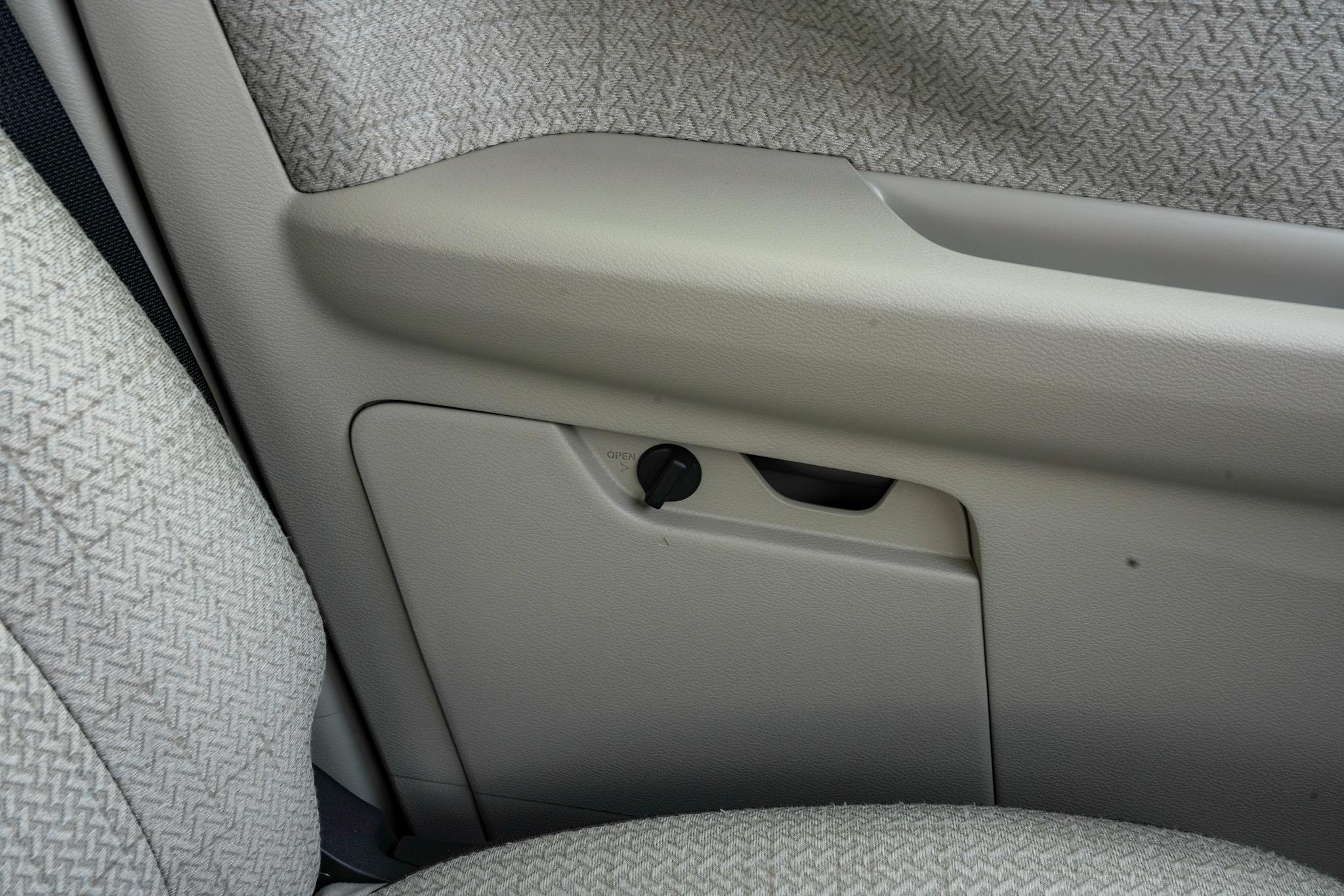 日産 デイズ 試乗レポート 車検証収納ボックス付ドアポケット