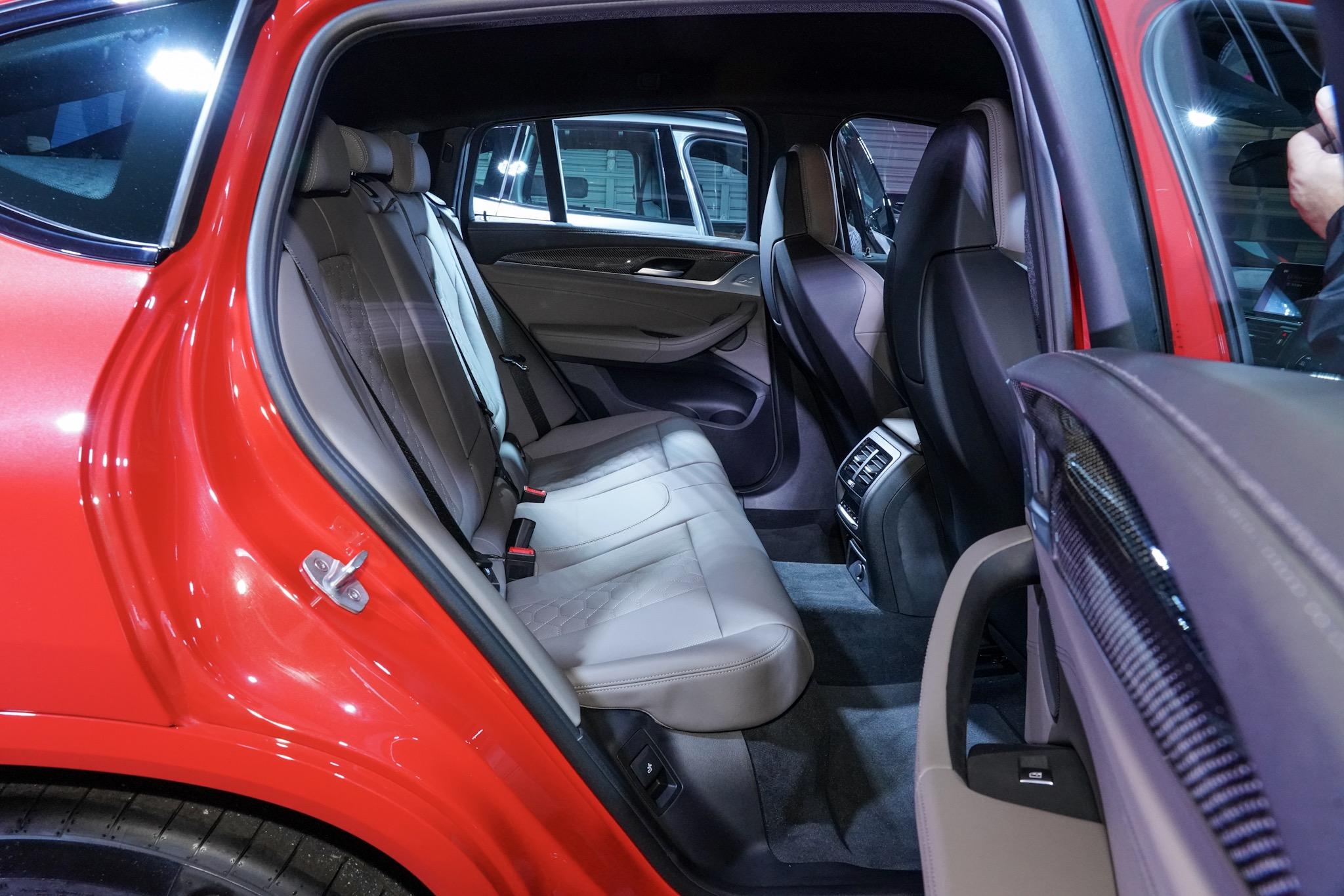 BMW X4 M コンペティション 後部座席