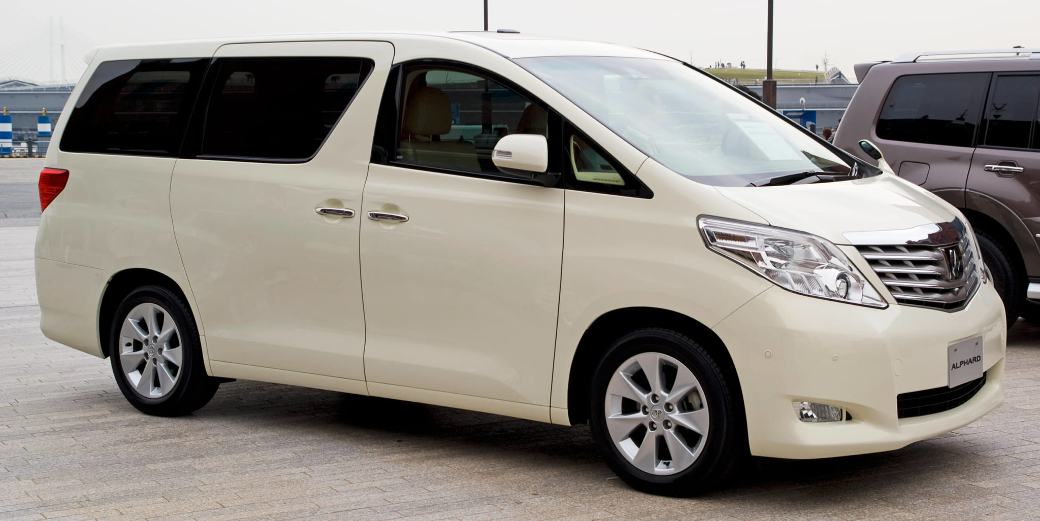 Toyota_Alphard_DBA-GGH20W_front_side