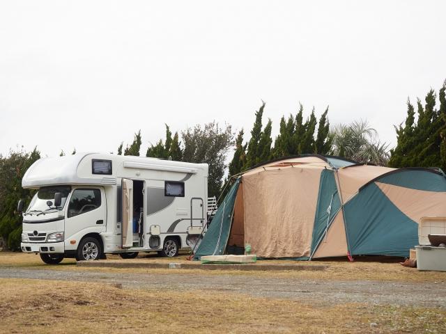 キャンピングカーとテント