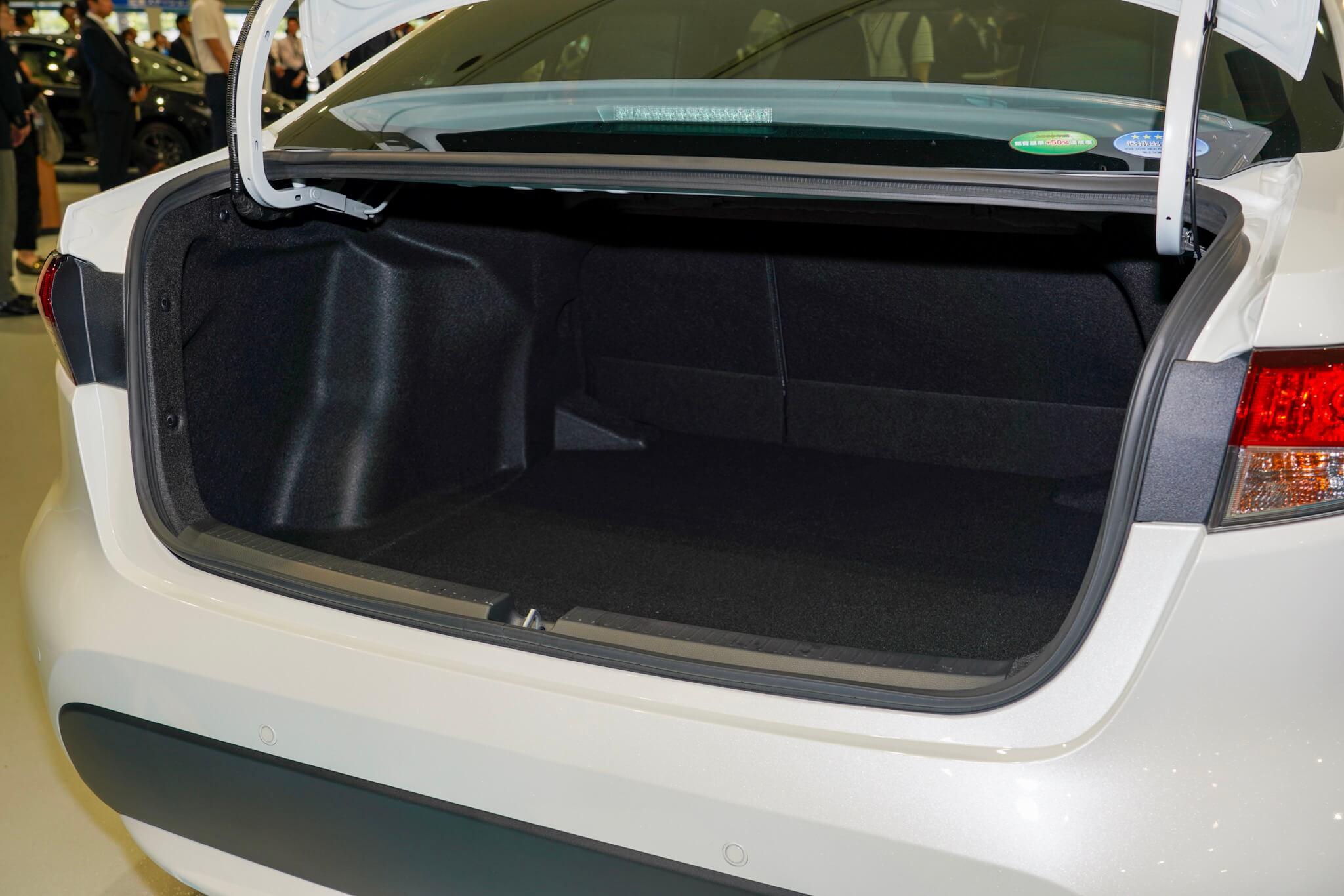トヨタ カローラセダン トランク