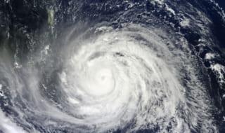 【車の台風対策】浸水・冠水時の対策方法7点!車両保険は加入後翌日から補償?